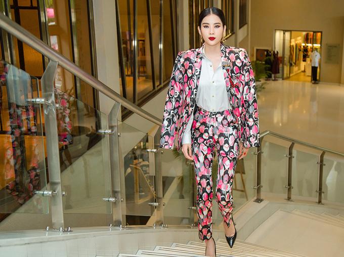 Chị gái song sinh của Hoa khôi Nam Em mặc vest nổi bật dự buổi công bố dàn thí sinh lọt vào chung kết cuộc thi Người mẫu thời trang Việt Nam 2018.