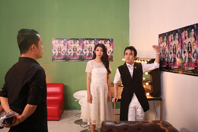 Đạo diễn (trái) thắc mắc khi Yến Trang bỏ về. Ông bầu của Khổng Tú Quỳnh loan tin đối thủ huỷ diễn vì vị trítrên poster.