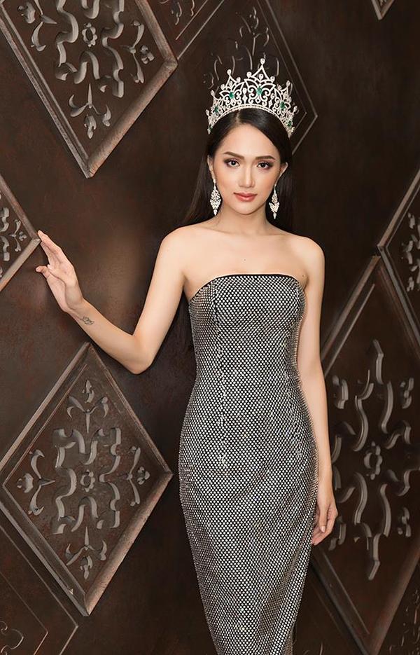 Hoa hậu chuyển giới Hương Giang khoe vẻ đẹp gợi cảm cùng mốt váy ánh kim thời thượng. Trang phục với phom dáng đơn giản nhưng chính cách sử lý chất liệu đính kim loại bắt sáng của Chung Thanh Phong đã giúp người mặc trở nên thu hút hơn.