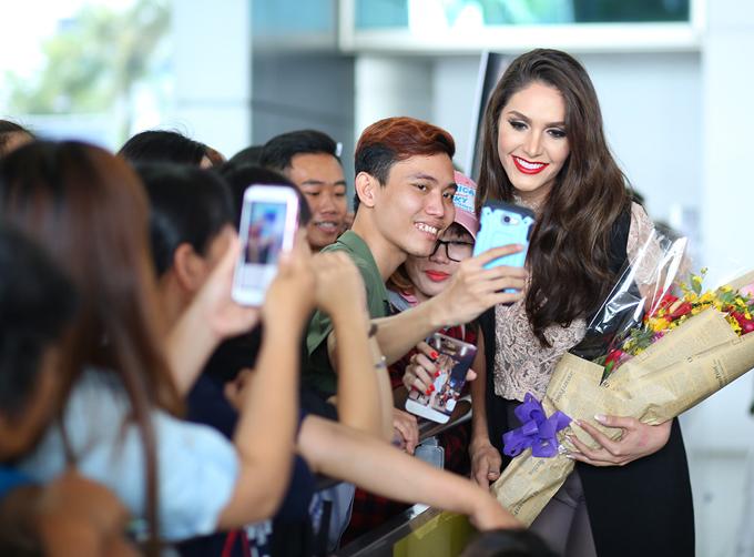 Mỹ nhân người Brazil vui vẻ chụp ảnh selfie cùng fan Việt ở sân bay.