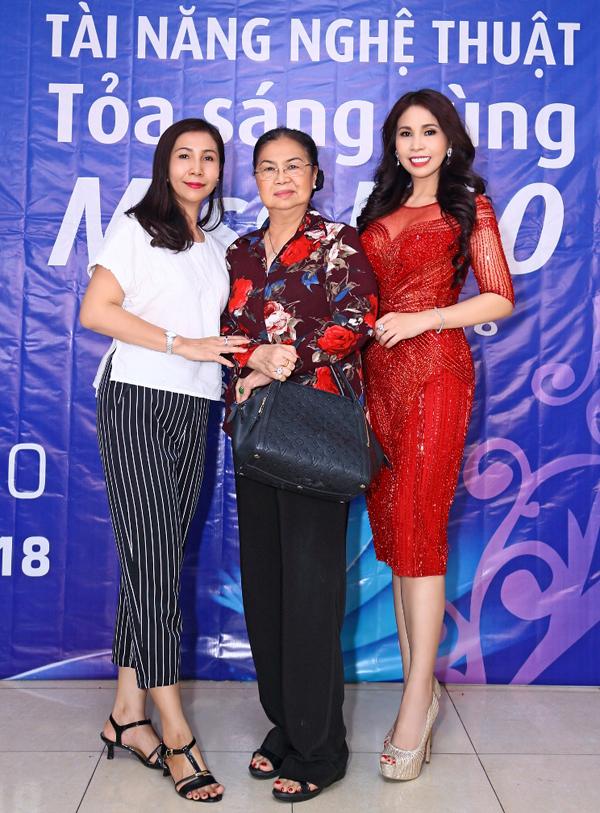 Mẹ và chị gái tháp tùng Lý Hương đi chấm thi. Cô hiện sống cùng đại gia đình, gồm cả anh trai Lý Hùngở TP HCM.