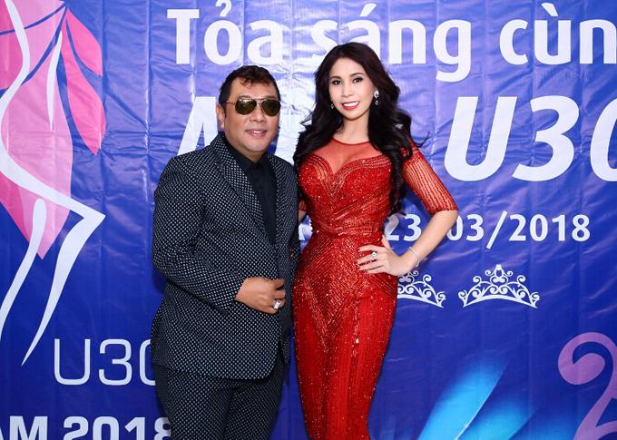 Nhà tạo mẫu tóc Tuấn Hà Lan chụp ảnh cùng em gái Lý Hùng.