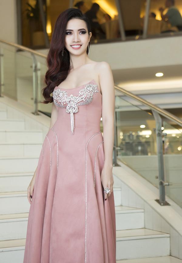 Người đẹp Phan Thị Mơ diện váy hở vai gợi cảm đi sự kiện. Cô là thành viên ban giám khảo chung kết Người mẫu thời trang Việt Nam 2018.