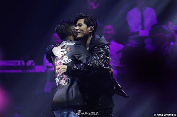 Sau khi kết thúc màn trình diễn thế kỷ, hai người dành cho nhau cái ôm vô cùng khăng khít.