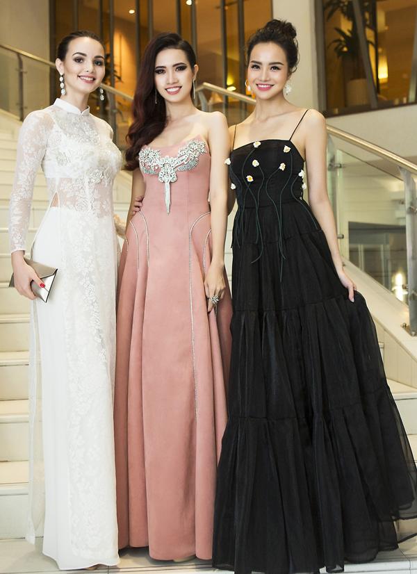 Hoa hậu đại sự du lịch thế giới 2017 Aibedullina Talliya khoe dáng với áo dài Việt Nam. Phan Thị Mơ và chân dài Kiều Ngân rất vui khi gặp gỡ mỹ nhân người Nga.