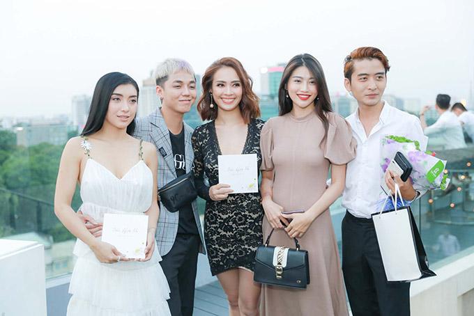 Tiêu Châu Như Quỳnh (trái), Ái Phương (váy đen), Quỳnh Châu (váy nâu).