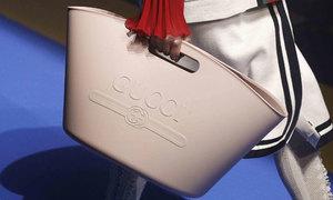 Túi xách giá 980 USD của Gucci trông như làn đi chợ