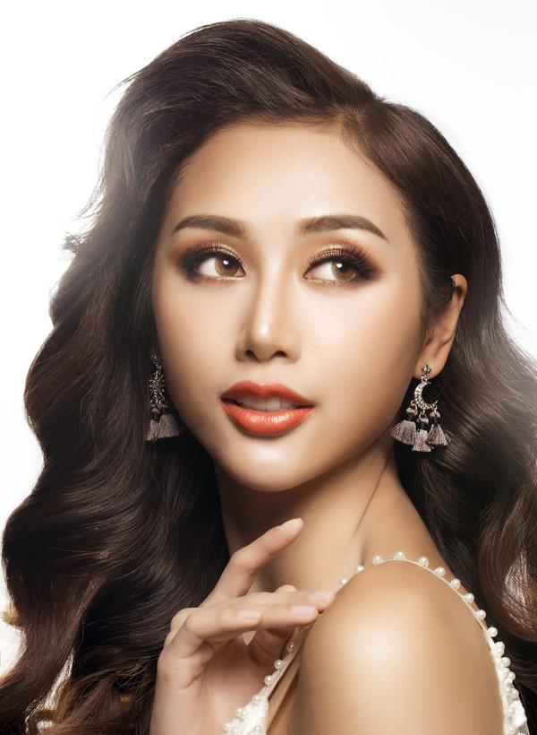 Để hoàn thiện hình ảnh quý cô cổ điển, Quỳnh Nhi chọn kiểu tóc uốn xoăn lọn lớn mái phồng.
