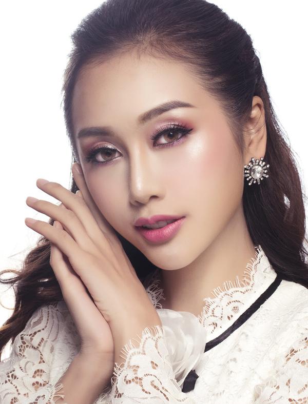 Để hợp với sắc son hồng ngọt ngào, Quỳnh Nhi đổi sang kiểu tóc buộc nửa đầu.