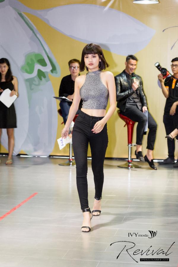 Người mẫu Trâm Trần diện quần jeans, áo crop-top trẻ trung, hiện đại.