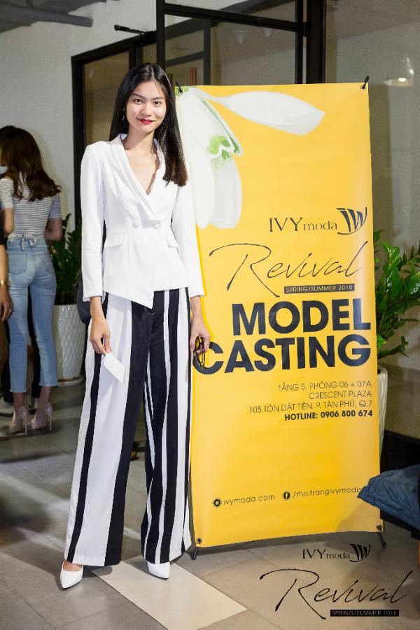 Quán quân Kim Dung thanh lịch và sang trọng khi diện áo vest cách điệu màu trắng, quần kẻ sọc trắng - đen giúp đôi chân của cô trông dài hơn.