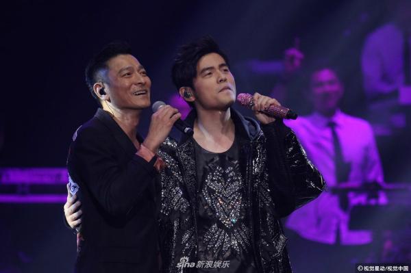 Ngày 25/3, Châu Kiệt Luân đã đem đến cho người hâm mộ của mình một sự bất ngờ khi mời Thiên vương làng nhạc Lưu Đức Hoa đến góp mặt ở concert tại Hong Kong.