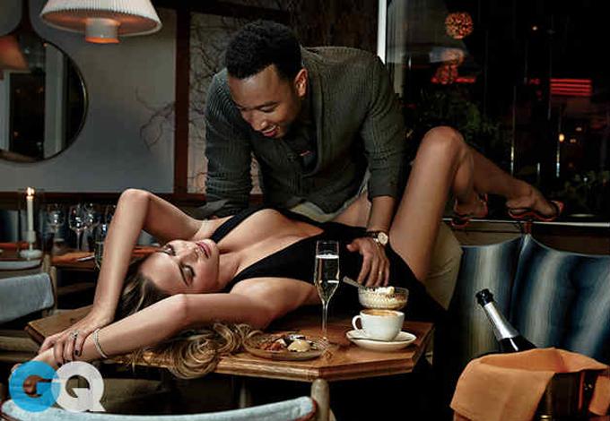 Người mẫu Chrissy Teigen và ca sĩ John Legend vốn nổi tiếng là một trong những cặp đôi mặn nồng nhất ở Hollywood. Chân dài của tạp chí áo tắm Sports Illustrated tiết lộ, cô và ông xã thích ân ái bất cứ khi nào có hứng, thậm chí cả trong bữa ăn. Chúng tôi thường ăn rất muộn, khoảng 10 rưỡi hoặc 11 giờ đêm. Bởi thế, bữa tối của tôi sẽ mất thời gian rất dài. Tôi không thể nhớ lần cuối chúng tôi sex đêm là khi nào. Vợ chồng tôi có rất nhiều thời gian khác nhau cho chuyện ấy, lúc nửa đêm, buổi sáng hay bất kỳ lúc nào trong ngày, Chrissy cia sẻ trên tạp chí Harpers Bazaar năm ngoái.