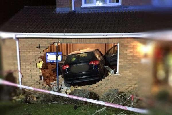 Chiếc xe đâm thủng tường và lao vào hai mẹ con bà Mel Beattie đang ngồi xem phim bên trong nhà. Ảnh: Caters