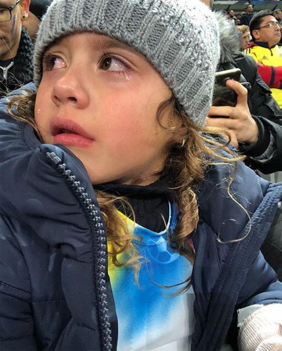 Salome khóc sau khi chứng kiến trận đấu nhiều cảm xúc. Ảnh: NS.