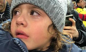 Con gái James Rodriguez khóc nức nở khi được mẹ bế đến sân