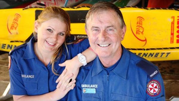 ÔngTony Coffey và con gái Shaana Coffey. Họlà cặp cha con duy nhất của Australia cùng theo đuổi công việc chuyên gia sơ cấp cứu.