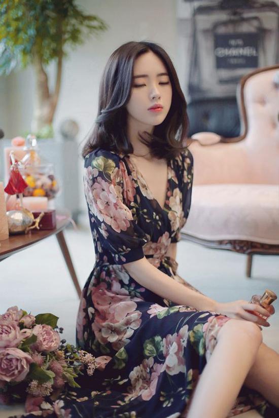 Giữa nhiều xu hướng về họa tiết như kẻ sọc, trìu tượng, hội họa, pop art, da beo... vải in hoa luôn khẳng định vị trí vững chãi trong dòng chảy thời trang.