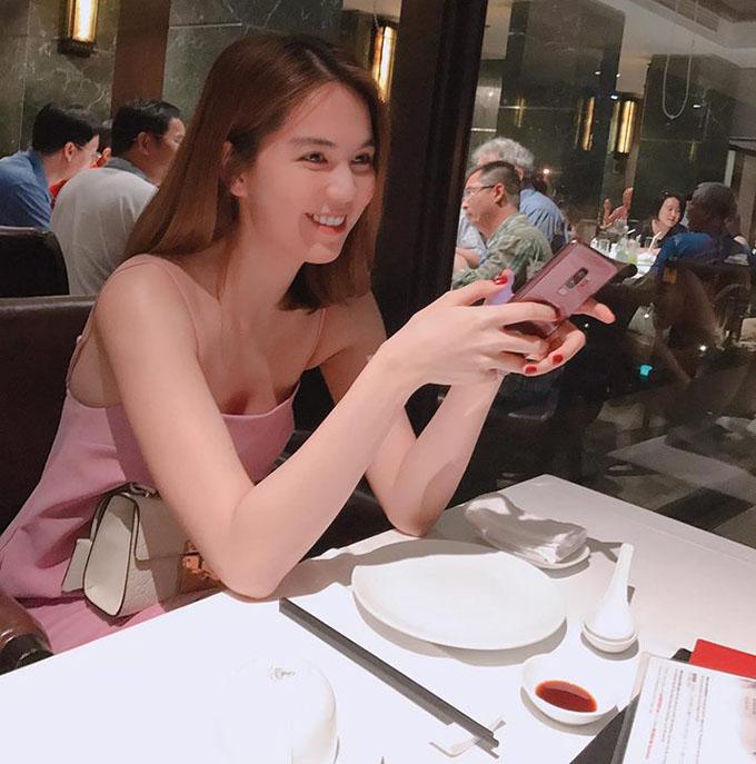 Ngọc Trinh diện váy hồng nude nhẹ nhàng, hẹn hò ăn tối cuối tuần cùng hội chị em gái.