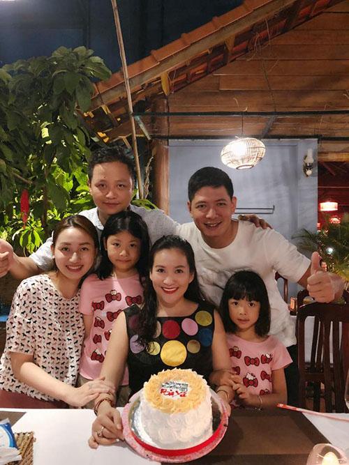 Á hậu Ngô Trà My và ông xã tặng quà sinh nhật sớm cho Anh Thơ - bà xã Bình Minh.
