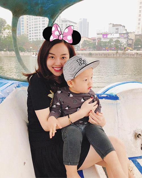 Ly Kute đưa con trai Khoai Tây đi đạp vịt hồ Tây nhân ngày cuối tuần đẹp trời. Cô viết: Lần đầu tiên con được đi bơi thuyền, thích ơi là thích các mẹ ạ.