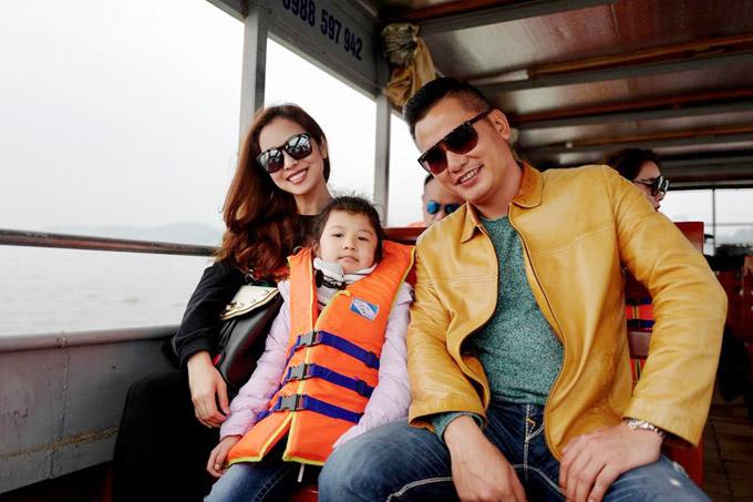 Jennifer Phạm nhờ người giúp việc chăm sóc cho con trai hơn 1 tuổi để vợ chồng cô và bé Na thoải mái đi du lịch cuối tuần.