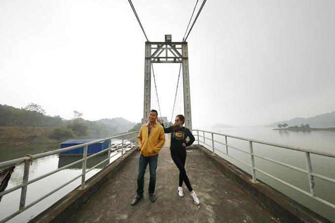 Dịp cuối tuần qua, vợ chồng Jennifer Phạm đã cùng bạn bè đi du hí ở Hồ Núi Cốc, tỉnh Thái Nguyên. Cặp đôi không chỉ đi thăm quan mà còn dành thời gian đi lễ ở một số ngôi chùa.