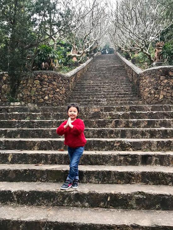 Bé Na đã gần 4 tuổi, đang học mẫu giáo. Cô nhóc cá tính nhưng cũng biết cách làm điệu.