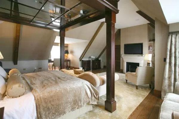 Phòng ngủ trên gác mái của biệt thự mà Roy Kean đang rao bán