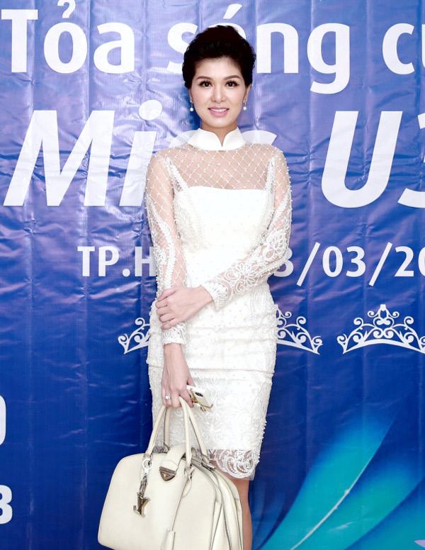 Cuối tuần qua người đẹp xuất hiện với vóc dáng thon thả, đảm nhiệm vai trò giám khảo một cuộc thi nhan sắc dành cho phụ nữ trên 30 tuổi. Sắp tới, cô sang Hàn Quốc dự sự kiện của ngành làm đẹp và được mời diễn tại Festival Huế 2018.