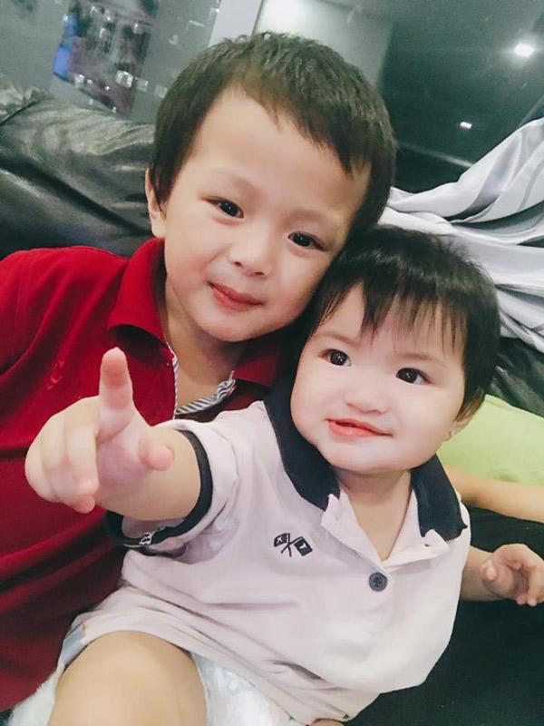 Các bé là kết quả của hai cuộc tình Oanh Yến từng trải qua. Hiện người đẹp đã chia tay bạn trai, đang làm mẹ đơn thân.