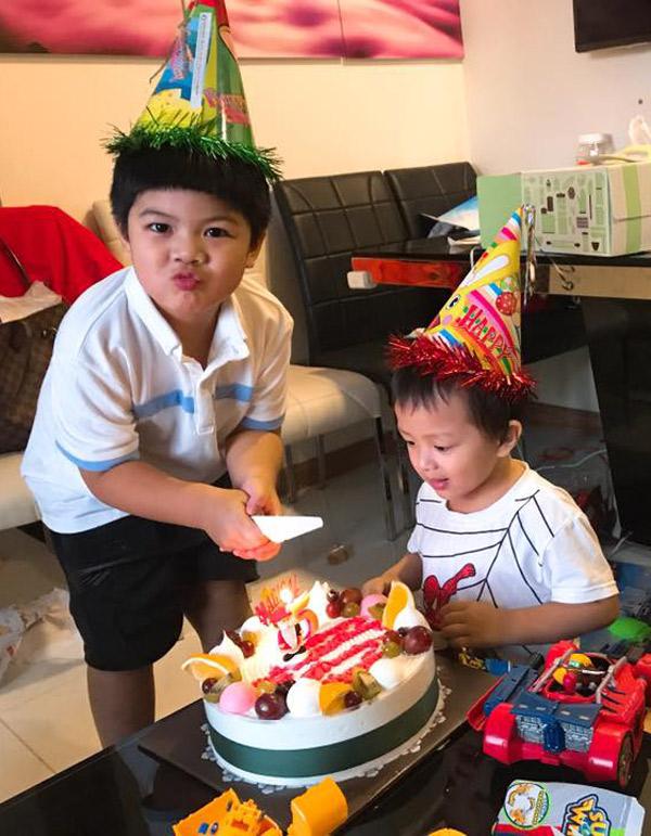 Anh cả Gia Minh tỏ ra chững chạc. Cậu bé mới được mẹ tổ chức sinh nhật lần thứ năm.