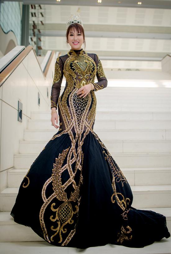 Phi Thanh Vân diện váy dạ hội đuôi cá và đội vương miện với mong muốn tạo được sự chú ý khi xuất hiện tại Đại hội thẩm mỹ quốc tế 2018.