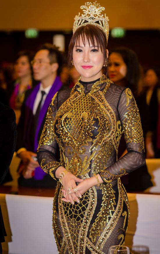 Nếu khéo léo hơn trong cách chọn trang phục xuyên thấu, chắc chắn Phi Thanh Vân sẽ không bị chê bai về việc ăn mặc phản cảm với váy xuyên thấu để lộ nội y.