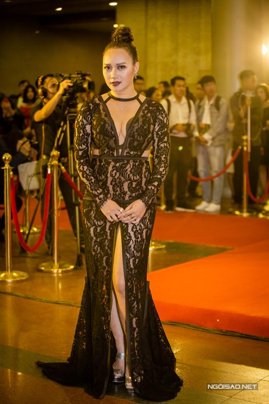 Tuần qưa, Khánh Linh cũng táo bạo không kém Phi Thanh Vân khi cô cũng chọn váy ren xuyên thấu đi kèm những đường cut out mạnh bạo để tham gia sự kiện.