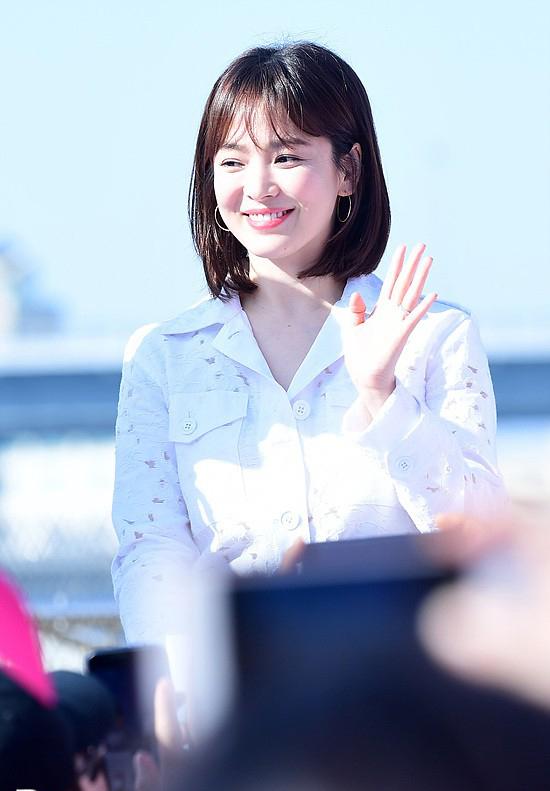Sáng 25/3, Song Hye Kyo tham dự hoạt động từ thiện Pink Ribbon Marathon tại Busan, Hàn Quốc. Bà xã Song Joong Ki trang điểm nhẹ nhàng mà vẫn xinh tươi rạng ngời.