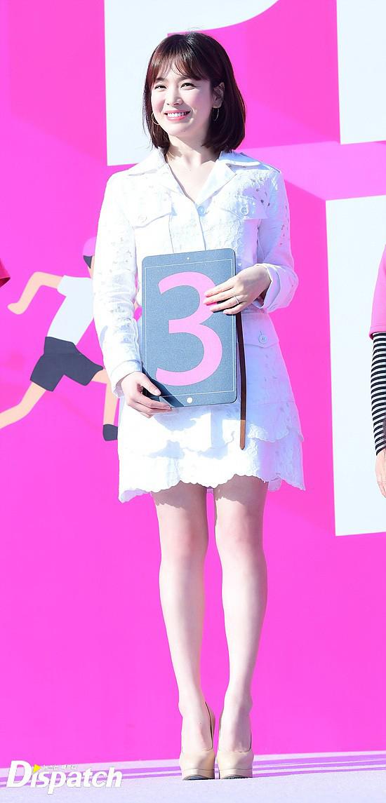Hye Kyo trẻ trung như thiếu nữ trong bộ đầm trắng tinh khôi.