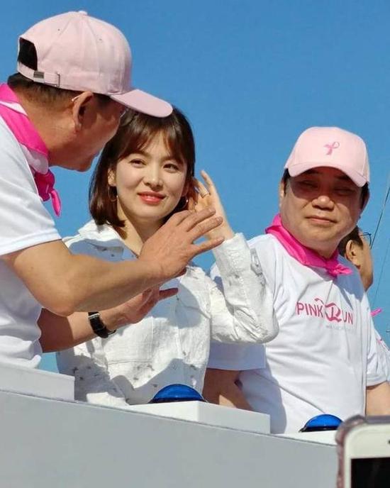 Song Hye Kyo khoe da trắng và chân thon dưới nắng xuân - 4