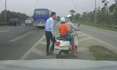 Tài xế ôtô giúp hai mẹ con đi lạc ra khỏi đường cao tốc