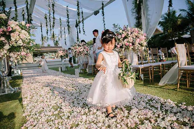 Sống tại Hong Kong nhưng làm đám cưới ở Phuket, Thái Lan, nên vợ chồng Hongkiu chủ yếu làm việc với bên tổ chức từ xa. Công việc này đem lại cho cả hai nhiều trải nghiệm thú vị. Hongkiu cho biết: Chúng tôi đã dành khoảng nửa năm để lên kế hoạch cho đám cưới. Tất cả mọi việc đều được trao đổi với nhà cung cấp qua email. Lúc đầu, tôi nghĩ rằng mọi chuyện không khó để xử lý... nhưng tôi đã sai. Có lẽ là vì tôi theo chủ nghĩa hoàn hảo! Tôi dành nhiều thời gian để tìm kiếm từ địa điểm, tiệm bán hoa, bố trì bàn ăn, lễ tân, thiết kế góc bày kẹo, cho đến váy cưới, giày, thiệp mời....