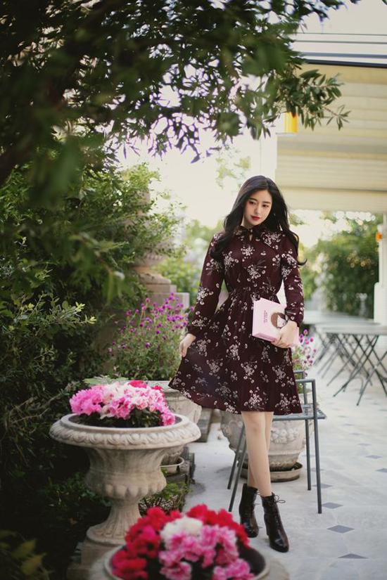 Trong không khí xuân hè, váy in hoa được ưa chuộng nhiều hơn vì nó hài hòa với tiết trời ấm áp và giúp người mặc như tươi trẻ và rạng rỡ hơn.