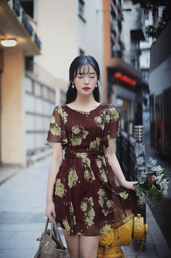 Váy in hoa trên các chất liệu mềm mại là trang phục dễ dàng sử dụng ở nhiều bối cảnh khác nhau.