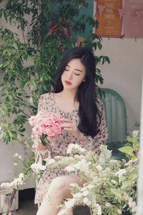 Khác với xu hướng mùa cũ với nét nổi bật ở họa tiết hoa to bản đi cùng tông màu nóng, váy hoa cho mùa mới được xây dựng trên gam màu dịu mắt hơn.