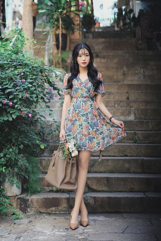 Những kiểu váy cao qua gối vừa giúp người mặc khoe vẻ đẹp gợi cảm chừng mực vừa giúp phái đẹp trở nên cao ráo hơn.