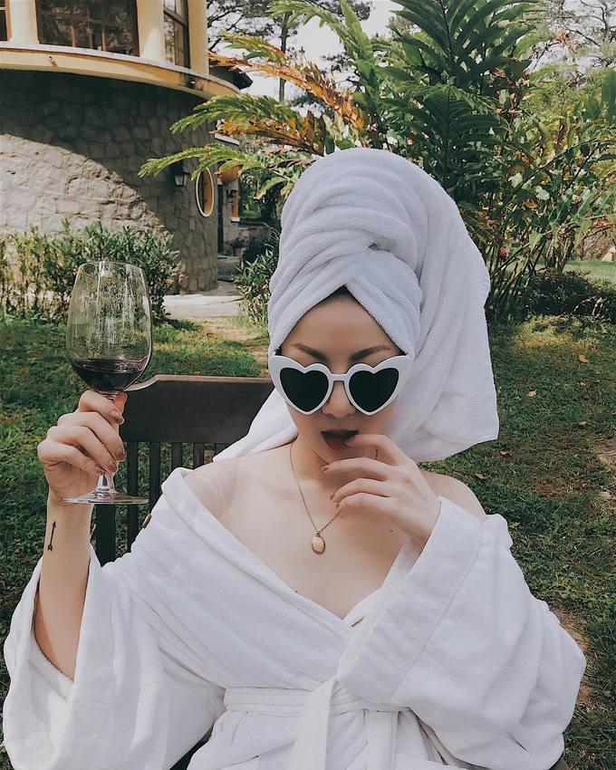Mỹ nhân Việt khoe dáng sexy với áo choàng tắm