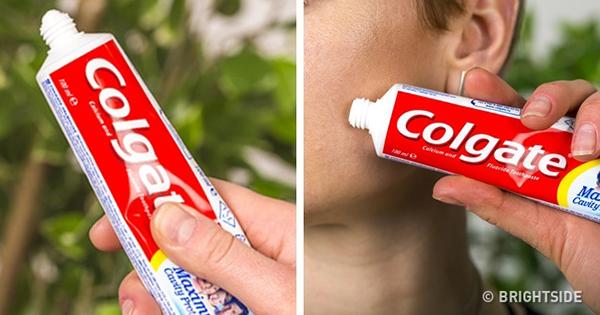 Muốn làm khô nhân mụn nhanh, hãy dùng một chút kem đánh răng thoa lên vùng da có mụn, để khô qua đêm và rửa mặt lại với nước sạch vào sáng hôm sau.