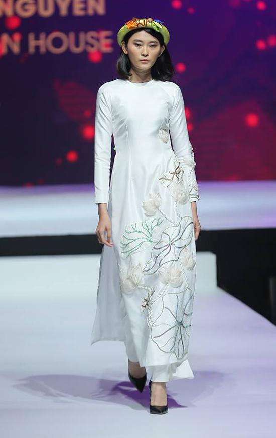 Trong bộ sưu tập mới, hình ảnh những đóa sen trắng được nữ thiết kế thể hiện một cách lôi cuốn trên từng tà áo.