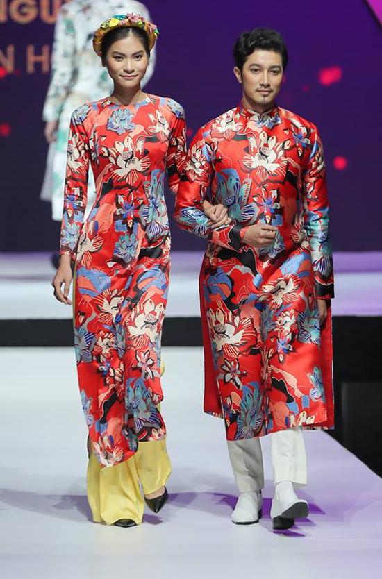 Sau cơn sốt áo dài gạch bông, nhà thiết kế Thủy Nguyễn tiếp tục tạo nên nét sống động cho trang phục truyền thống bằng hoa văn đậm chất phương Đông.