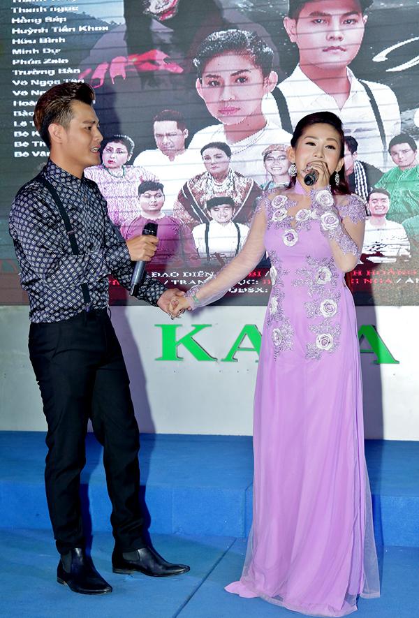 Vợ chồng Bình Tinh tình tứ song ca trong buổi ra mắt phim ca nhạc Oan gia ngang trái.