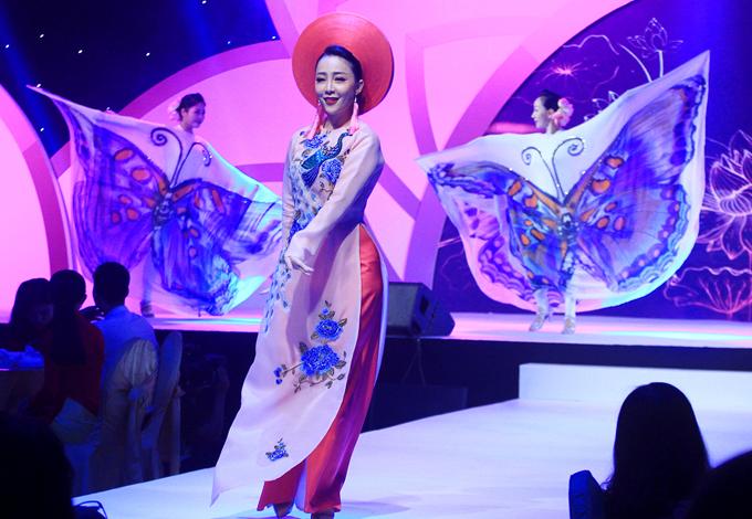 Diễn viên múa Linh Nga uyển chuyển trong trang phục họa tiết chim công tinh tế.